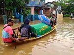 Jenazah Pria Uzur Diangkut Perahu Terobos Banjir di Bandung