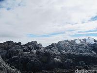 Dulunya, puncak pegunungan itu tertutup es abadi tapi kini tinggal sedikit (Afif Farhan/detikTravel)
