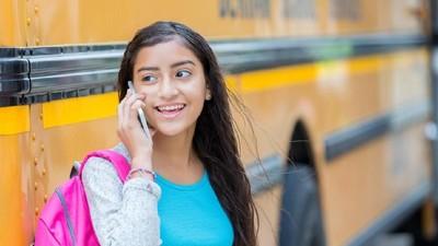 5 Tata Krama Menelepon Pakai HP yang Perlu Anak Tahu