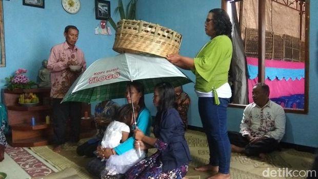 Ritual potong rambut gimbal di Lereng Merapi.