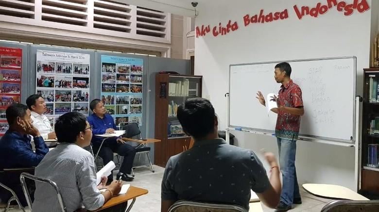 Tentara Nasional Kamboja Semangat Belajar Bahasa Indonesia