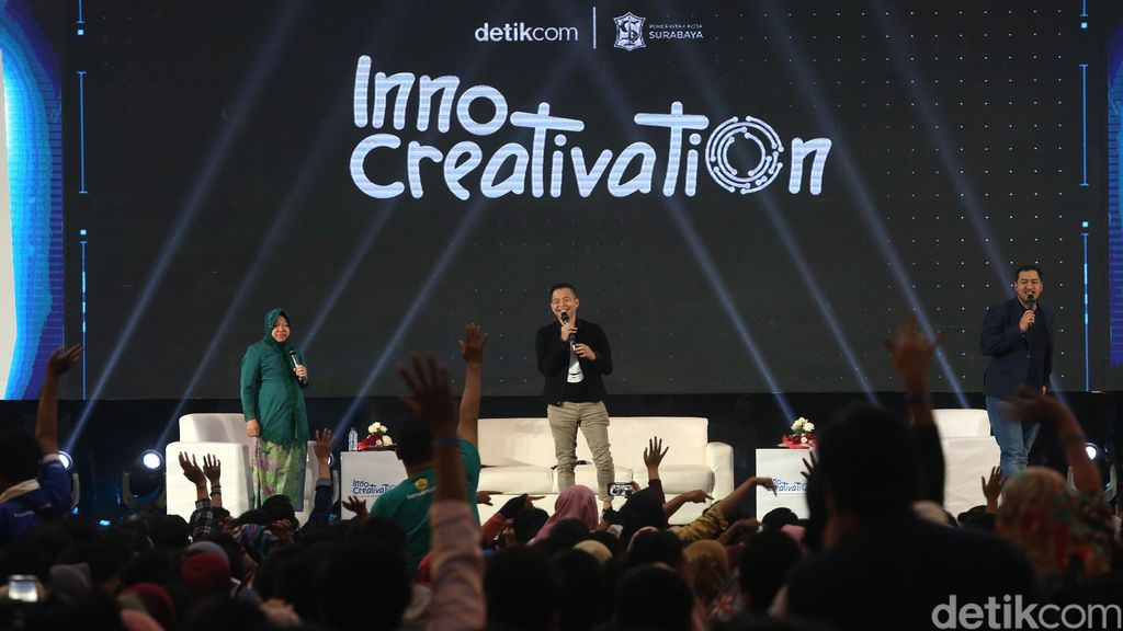 Wali Kota Surabaya Tri Rismaharini menjadi moderator komika Pandji Pragiwaksono dan Ernest Prakasa dalam sesi Comedy Makes Money di ajang InnoCreativation.