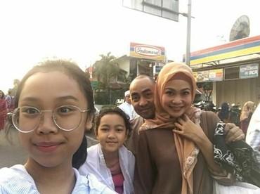Ini foto keakraban keluarga kecil Ucie Nurul dan Virlan ketika hari raya. (Foto : Instagram/ ucienurul)