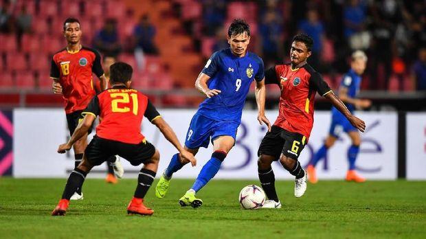 Striker Thailand Adisak Kraisorn jadi ancaman serius lini belakang Timnas Indonesia.