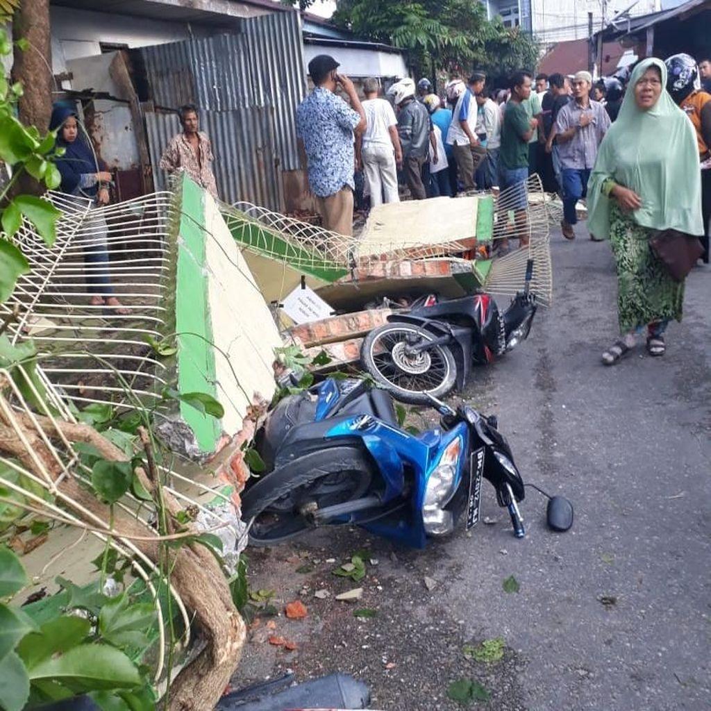 Pagar Tembok SD di Pekanbaru Roboh, 2 Orang Tewas