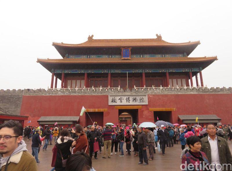 Inilah pemandangan lautan manusia yang lazim traveler lihat di Forbidden City, China. Jantung megah China ini memang jadi destinasi favorit para turis mancanegara dan turis lokal. (Rita/detikTravel)