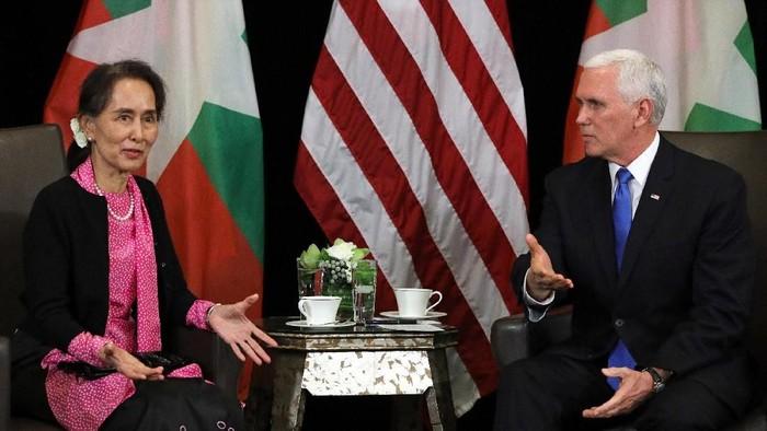 Mike Pence dan Aung San Suu Kyi dalam pertemuan di Singapura (REUTERS/Athit Perawongmetha)