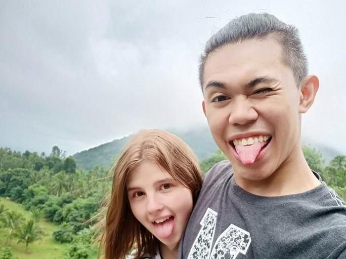 Kemesraan Eugene Galang dan kekasih bulenya. Foto: Facebook