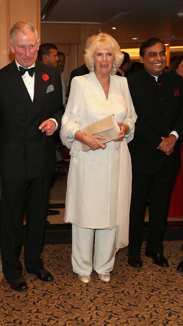 Mukesh Ambani (kanan) saat bersama Pangeran Charles dan Camilla Parker Bowles.