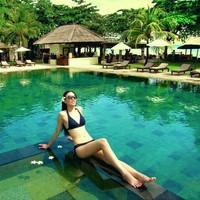 Ling Tan juga pernah liburan ke Bali lho. Di Bali dia menghabiskan waktu dengan bersantai dan berjemur di tepi kolam renang hotelnya. (Instagram/@lingtan_)
