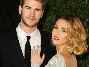 Miley Cyrus Pakai Gaun Vivienne Westwood Saat Dinikahi Liam Hemsworth