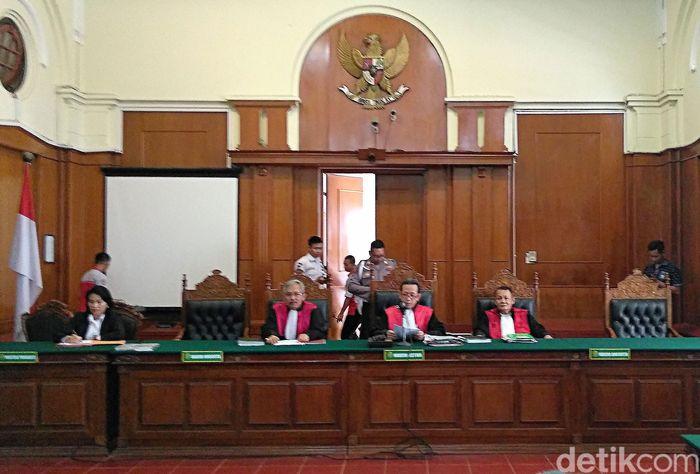 Pengadilan Niaga Surabaya mengabulkan penundaan kewajiban pembayaran utang (PKPU) PT Merpati Nusantara Airlines (Persero) (MNA). Para eks karyawan pun langsung sujud syukur.