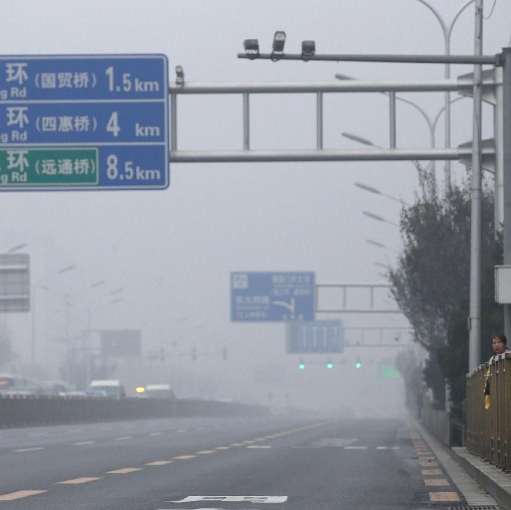 Beijing Dikepung Asap! Warga Ramai-ramai Pakai Masker