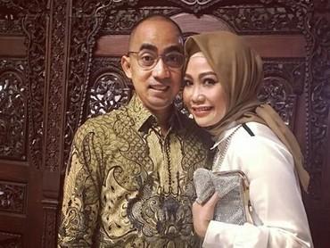 Ucie Nurul berperan sebagai ibunda Sherina di film Petualangan Sherina 18 tahun lalu. Lama tak terdengar, anggota Elfas Singers ini menikah dengan Virlan Wana Langgong. (Foto : Instagram/ ucienurul)