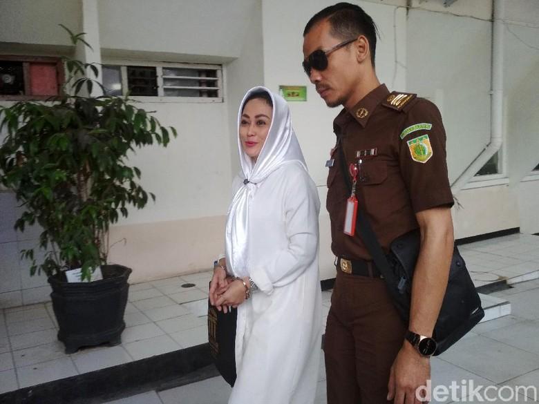 BS Ngaku Kariernya Hancur Gara-gara Sisca Dewi