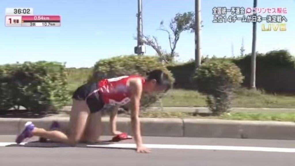 Meski Cedera, Pelari Estafet Jepang Merangkak dan Tak Menyerah
