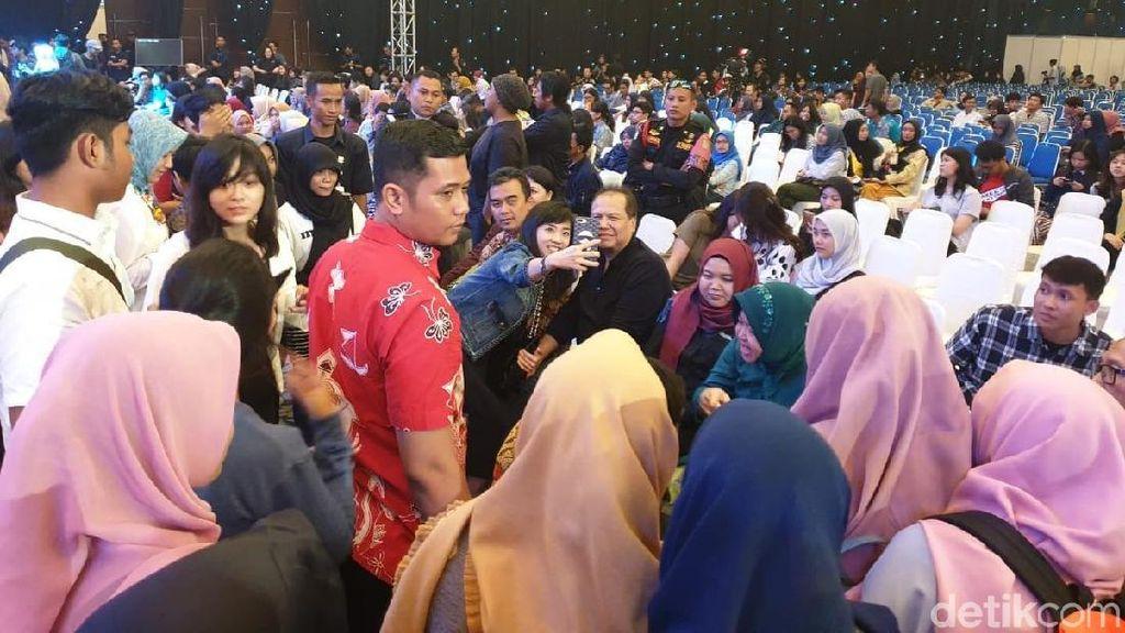 Arek Surabaya Rebutan Selfie Bareng CT & Risma