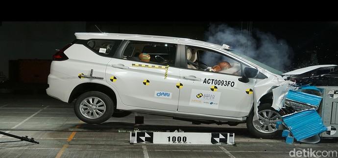 Xpander yang dites tabrak merupakan varian standar MT GLS yang diproduksi di Indonesia. Dalam tes tabrak dari depan, mobil bisa melindungi bagian kepala dan kaki baik pengendara maupun penumpang dengan sempurna.Untuk perlindungan orang dewasa, mobil diberi poin 5 bintang, namun untuk perlindungan anak kecil ratingnya hanya 4 bintang. Dengan skor keseluruhan 71,66, Xpander harus mendapatkan rating 4 bintang. Foto: ASEAN NCAP