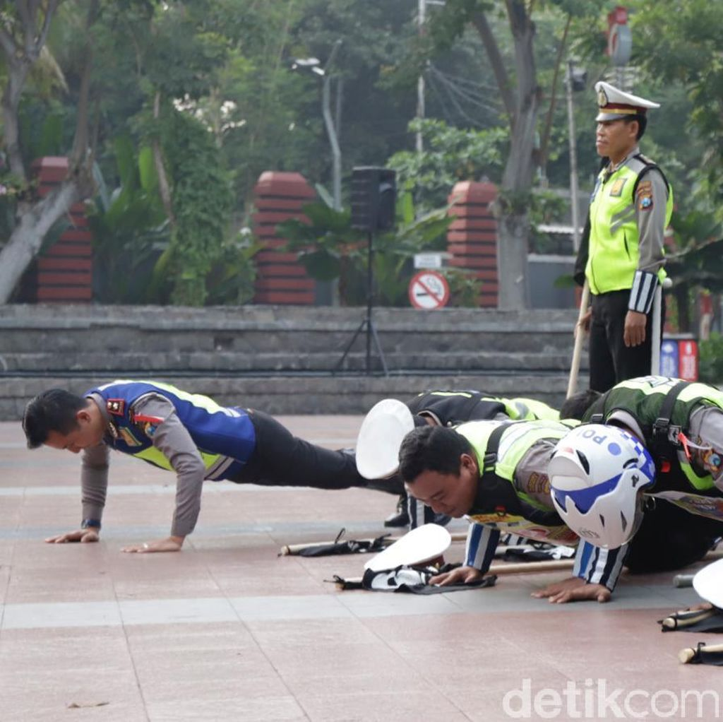 Evaluasi Operasi Zebra, Polisi-polisi di Surabaya Juga Dihukum Push Up
