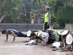 Evaluasi Operasi Zebra, Polisi di Surabaya Juga Dihukum Push Up