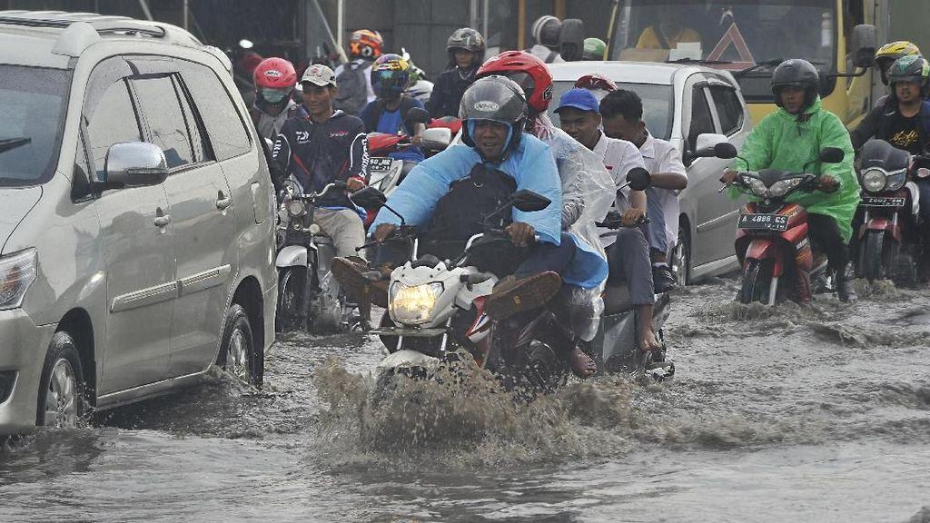 Jenis Ban Motor yang Cocok Untuk Berkendara di Musim Hujan
