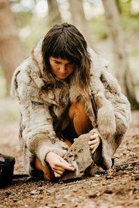 Kembali ke Zaman Batu, Pasangan Ini Ajarkan Anak-anak Makan Serangga di Hutan