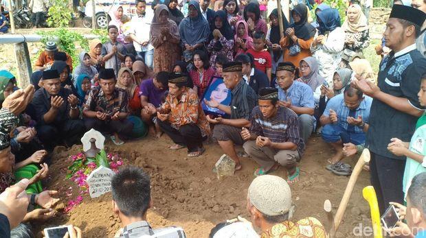 Tangisan Keluarga dan Rekan Pramugari di Pusara Alfiani