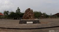 Batu besar yang dipajang di taman (Pradito Rida Pertana/detikTravel)