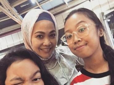 Sekarang Ucie punya dua orang putri yang cantik-cantik. Namanya Kaylifa dan Aliyah. (Foto : Instagram/ ucienurul)
