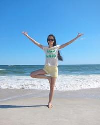 Meski tajir melintir, tapi gaya liburan Ling Tan cukup sederhana. Main ke pantai pake kaos dan celana pendek sudah cukup bahagia buatnya. (Instagram/@lingtan_)