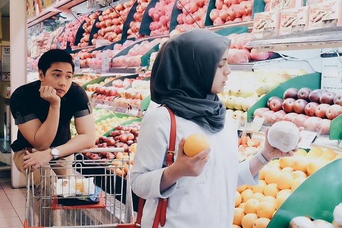 Wih, Kinos sosok yang setia nih. Ia rela menemani istrinya belanja di supermarket bahkan mendorongkan trolley hihi. Foto: Instagram kinosnoski