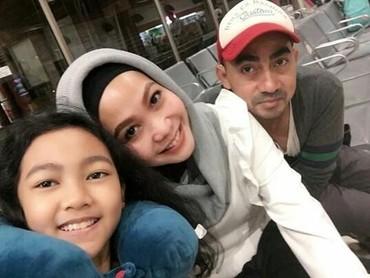 Aliyah terlihat akrab deh dengan ibunya.Ucie Nurul pun kelihatannya sayang banget dengan keluarga kecilnya. Di caption foto ini, Ucie menulis, Bakal kangen kalian, sayang. (Foto : Instagram/ ucienurul)