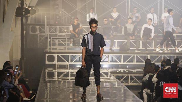 Model memeragakan koleksi lini busana pria 'Khalif' karya Ivan Gunawan.