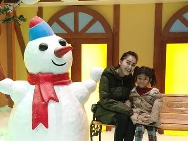 Seru banget nih Ayu Ting Ting dan Bilqis main sama boneka salju. (Foto: Instagram @ayutingting92)