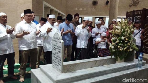 Ziarah ke Makam Habib Abdurrahman-Habib Ali, Sandi: Masih Keluarga