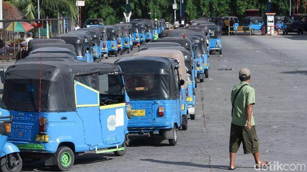 Dok.detikcom/Puluhan bajaj mengantre di SPBG Jalan Perintis Kemerdekaan, Jakarta Timur.