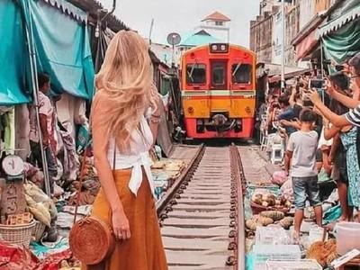 Traveler Ini Kena Semprot Setelah Foto di Depan Kereta Bergerak