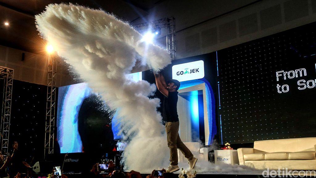 Begini salah satu atraksi yang dipamerkan Andrian Ishak di gelaran Innocreativation, di Grand City Convention Hall, Surabaya, Kamis (15/11/2018).