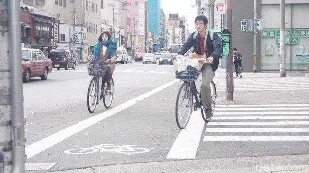Sepeda juga cukup populer di Jepang. Seperti terlihat di Kyoto berikut ini.