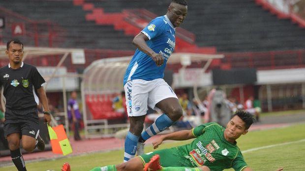Ezechiel N'Douassel belum hadir dalam latihan perdana Persib Bandung.