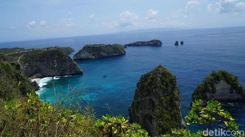 Beginilah pemandangan di Raja Lima atau warga Bali menyebutnya Molenteng. Destinasi ini berada di sebelah timur Nusa Penida. (Syanti/detikTravel)