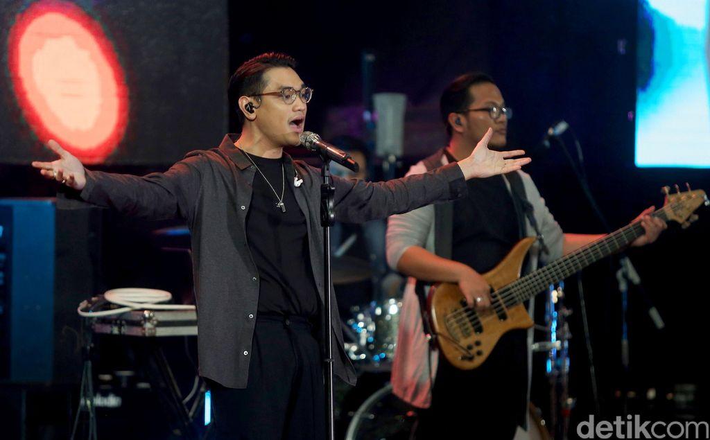 Penyanyi Afgan Syahreza menutup gelaran acara Innocreativation yang berlangsung di Grand City Convention Hall, Surabaya, Kamis (15/1/2018).