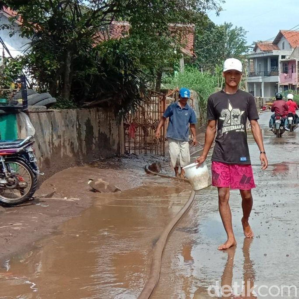 Banjir di Kabupaten Bandung Surut, Warga Bersihkan Lumpur