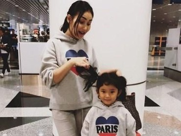 Lucu banget Ayu Ting Ting dan Bilqis pakai sweater kompakan gini. (Foto: Instagram @ayutingting92)