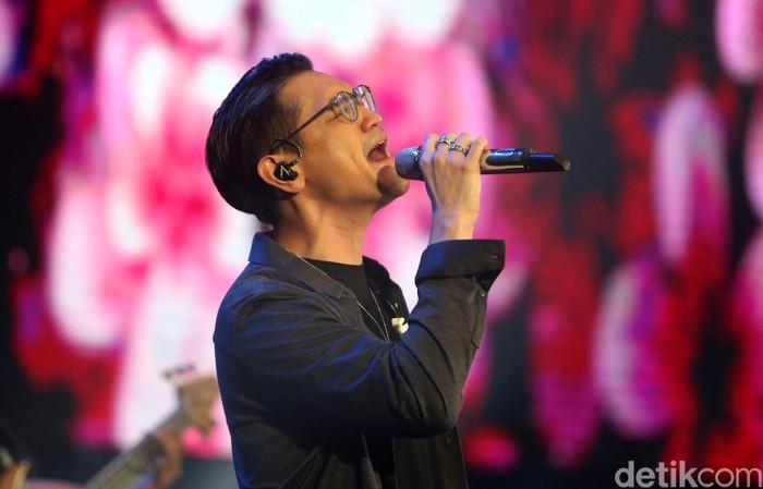 Afgan Syahreza menutup gelaran Innocreativation di Surabaya. Bersama para penonton Afgan menyanyikan sejumlah lagu populernya.