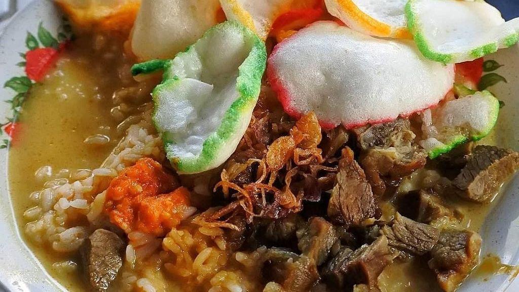 Bikin Ngiler! Nasi Disiram Gule Kambing yang Hangat Mengepul