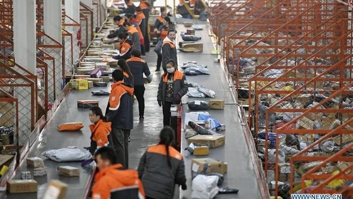 Pesta diskon belanja online besar-besaran di tanggal 11 November kemarin turut membanjiri gudang-gudang logistik di China. Intip penampakannya.