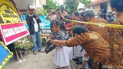 Teman Sekolah Arya-Sarah Tabur Bunga di Rumah Pembunuhan Satu Keluarga
