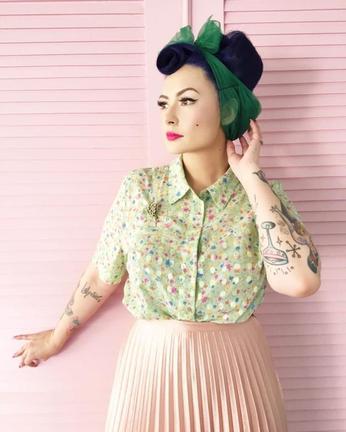 Berprofesi sebagai desainer tentunya Claudia punya fashion sense yang tinggi. Ia sendiri terkenal dengan penampilannya yang mengingatkan banyak orang pada pin-up girl di tahun 50an. Foto: Instagram @miss_adinda_mae