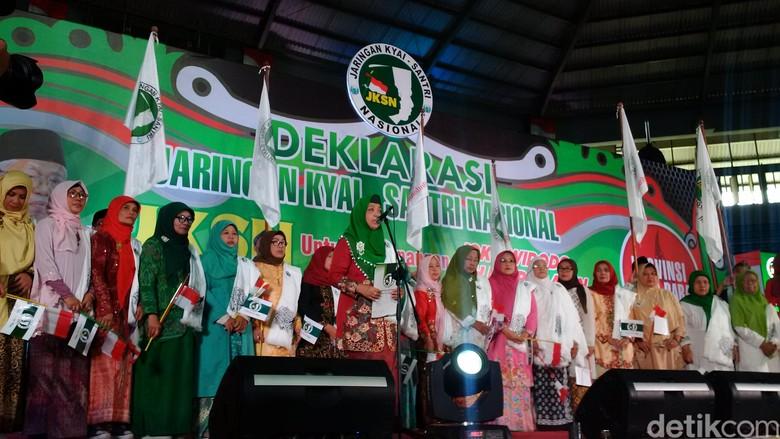 Emak-emak Jaringan Kiai dan Santri Jabar Dukung Jokowi